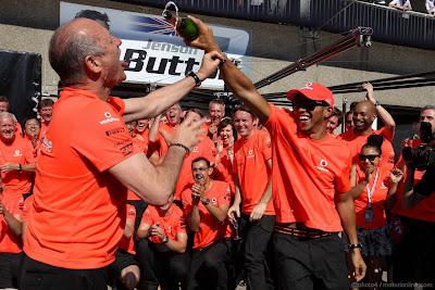 Льюис Хэмилтон дает попить шампанского Рону Деннису после победы на Гран-при Канады 2012