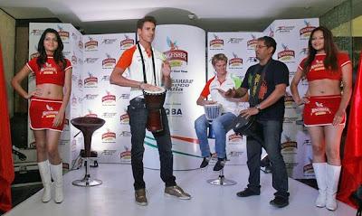 Адриан Сутиль и Нико Хюлькенберг играют на музыкальных инструментах на спонсорском мероприятии на Гран-при Индии 2011