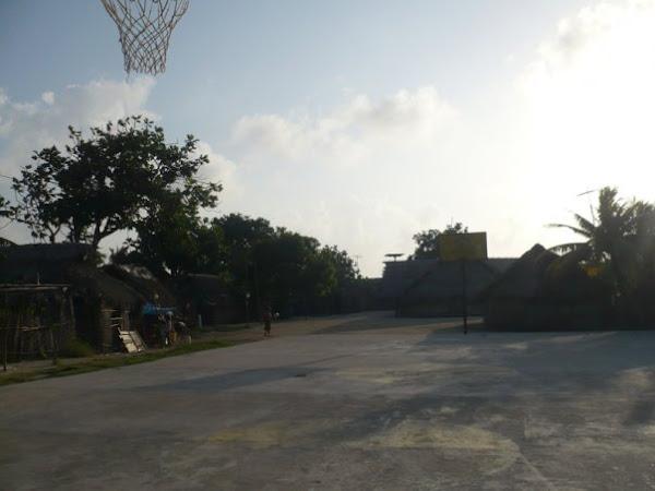 Cancha de basketball en la isla de Nalunega