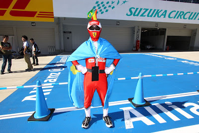 болельщик Ferrari в боевом костюме на Гран-при Японии 2011