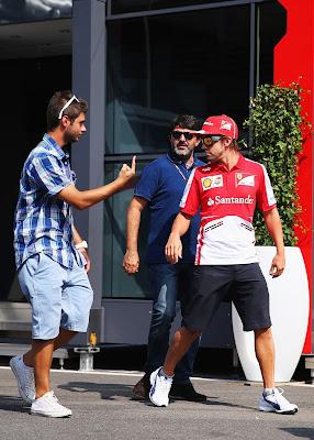 болельщик показывает палец Фернандо Алонсо на Гран-при Италии 2013