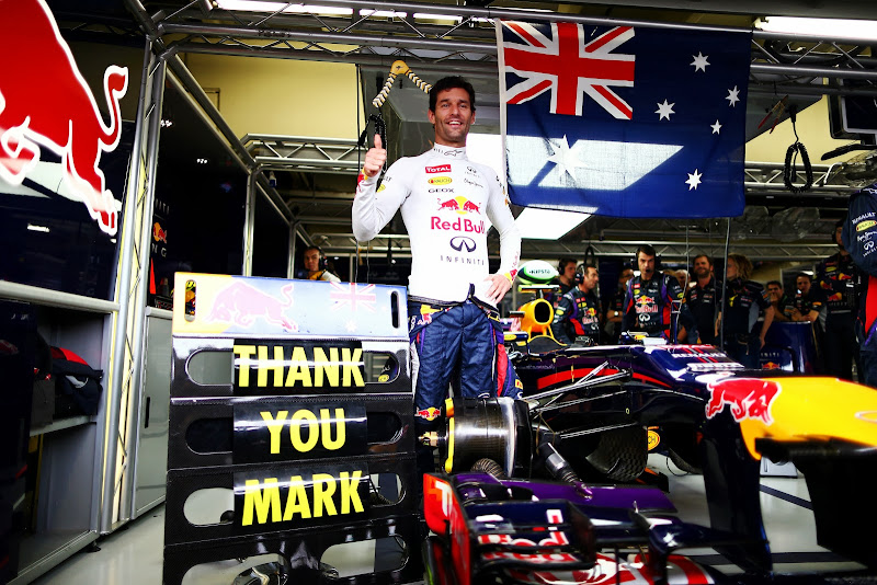 Марк Уэббер и австралийский флаг в боксах Red Bull на Гран-при Бразилии 2013