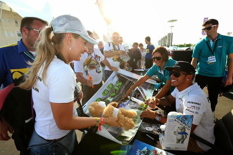 болельщики Льюиса Хэмилтона на автограф-сессии с пилотом на Гран-при Абу-Даби 2013