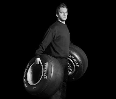 механик Red Bull с резиной Pirelli