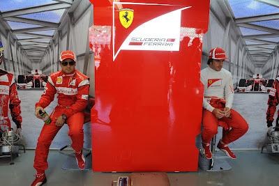 гонщики Ferrari Фелипе Масса и Фернандо Алонсо в боксах на Гран-при Канады 2011