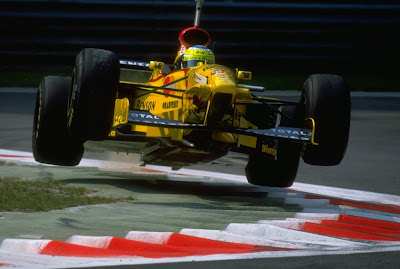 Джанкарло Физикелла за рулем Jordan в воздухе над поворотом Монцы во время квалификации на Гран-при Италии 1997
