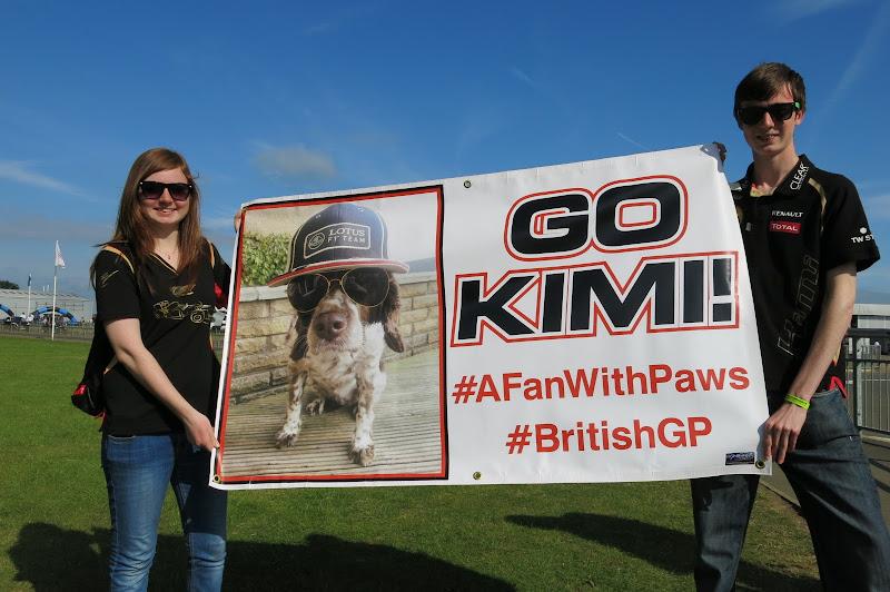 болельщики Кими Райкконена с баннером #AFanWithPaws на Гран-при Великобритании 2013