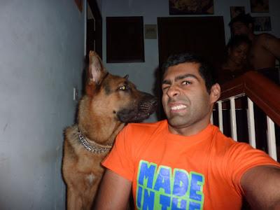Карун Чандхок со своей собакой по кличке Enzo