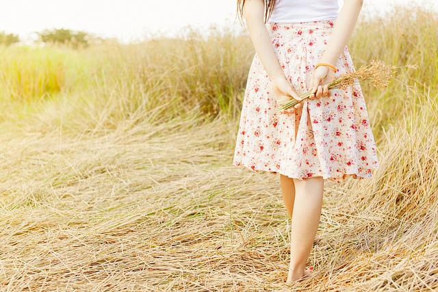 Ảnh cô gái và hoa cỏ may
