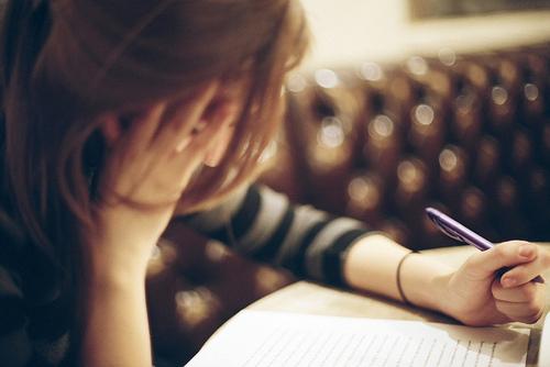 Ảnh cô gái đang buồn ngồi làm thơ