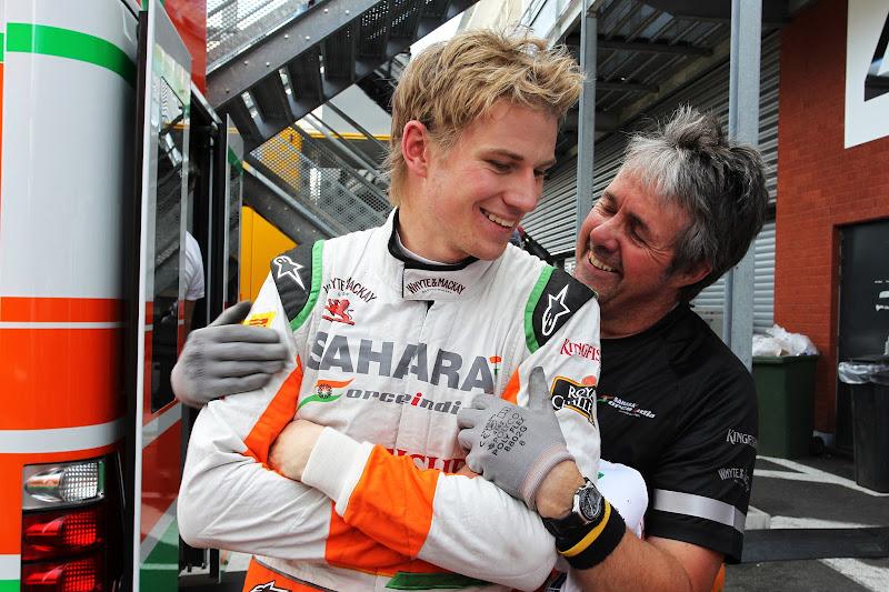 Нико Хюлькенберг и Нил Дики обнимаются на Гран-при Бельгии 2012