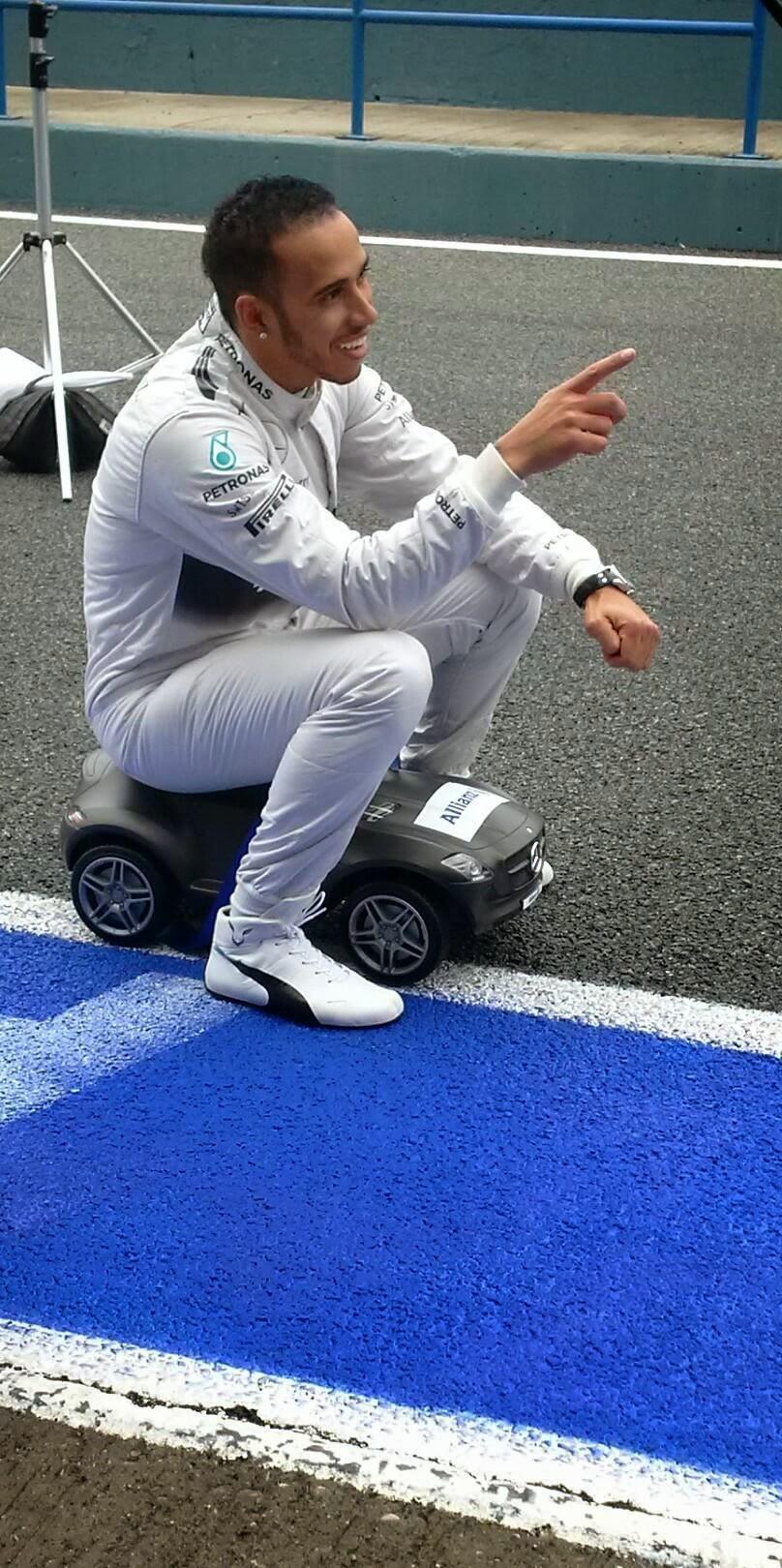 Льюис Хэмилтон на игрушечной машине Mercedes на тестах в Хересе 1 февраля 2014