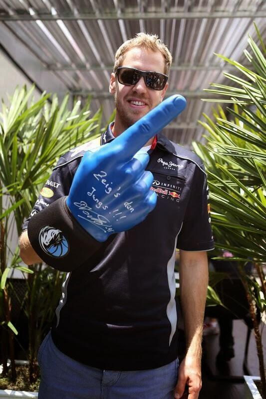 Себастьян Феттель с большим синим пальцем на Гран-при Бразилии 2013