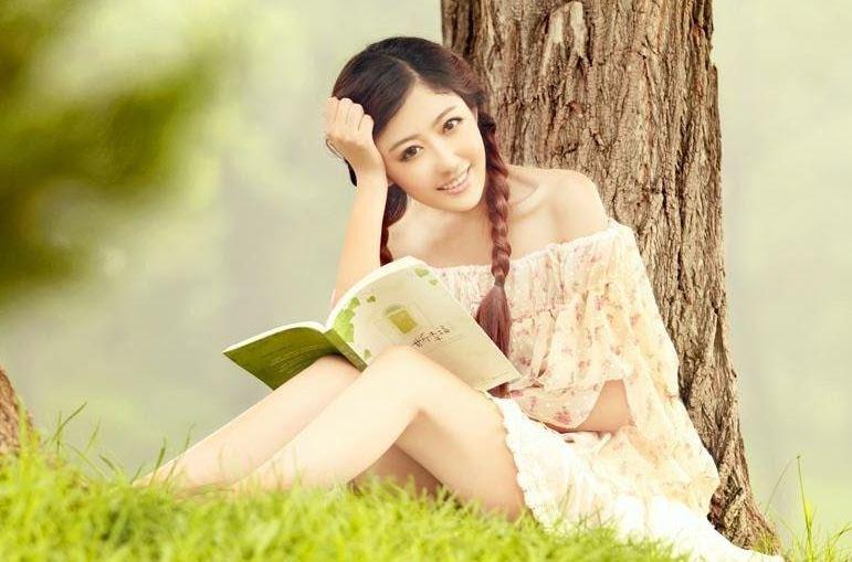 Ảnh cô gái dễ thương ngồi làm thơ, viết văn