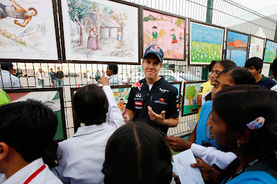 Себастьян Феттель на фоне рисунков на Гран-при Индии 2011