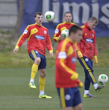 Screen+Shot+2013 11 18+at+17.50.50 Spurs defender Vlad Chiriches appears in Romania training with a face mask [Pictures]