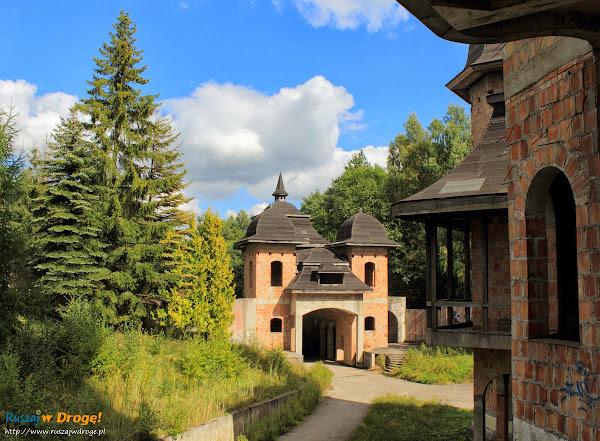 Zamek w Łapalicach - wejście na teren zamku
