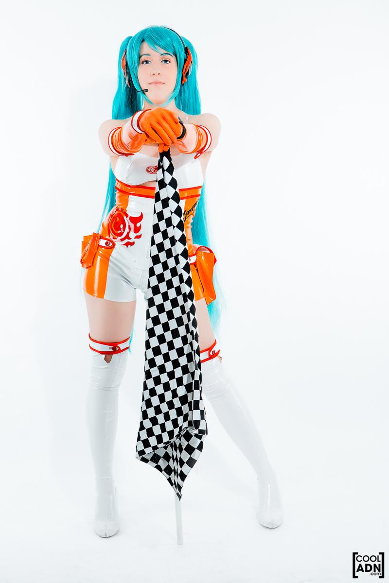 Hatsune Miku dễ thương với cosplay Miku Racing 2010 - Ảnh 1