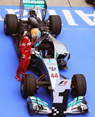 Фернандо Алонсо разглядывает болид Mercedes после финиша Гран-при Малайзии 2014