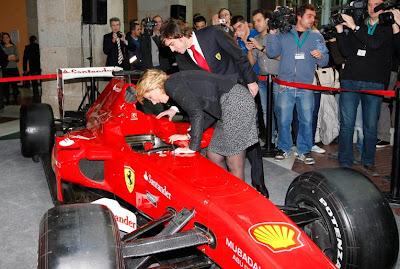 Фернандо Алонсо показывает свой болид Ferrari Эсперанса Агирре в Мадриде 19 декабря 2011