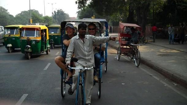 Нико Росберг на велосипеде на индийских улицах на Гран-при Индии 2011