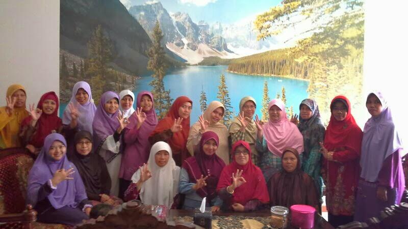 berfoto bersama dengan pengurus bidang perempuan PKS Dapil 6 Kota Bandung