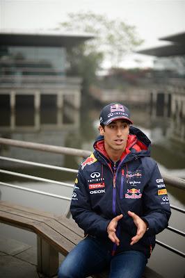 жестикулирующий Даниэль Риккардо дает интервью на Гран-при Китая 2014