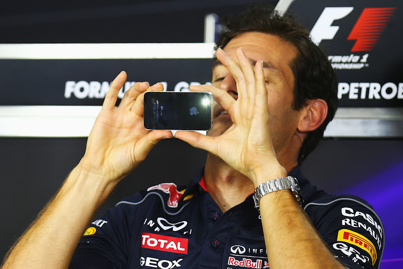 Марк Уэббер делает фотографию на телефон на пресс-конференции в четверг на Гран-при Бразилии 2013