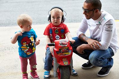 Льюис Хэмилтон и его молодые болельщики на Гран-при Испании 2013