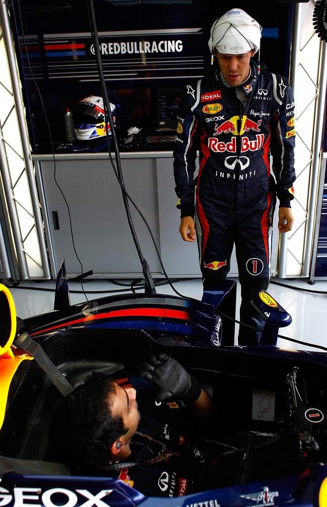 Себастьян Феттель и механик в кокпите Red Bull на Гран-при Европы 2012