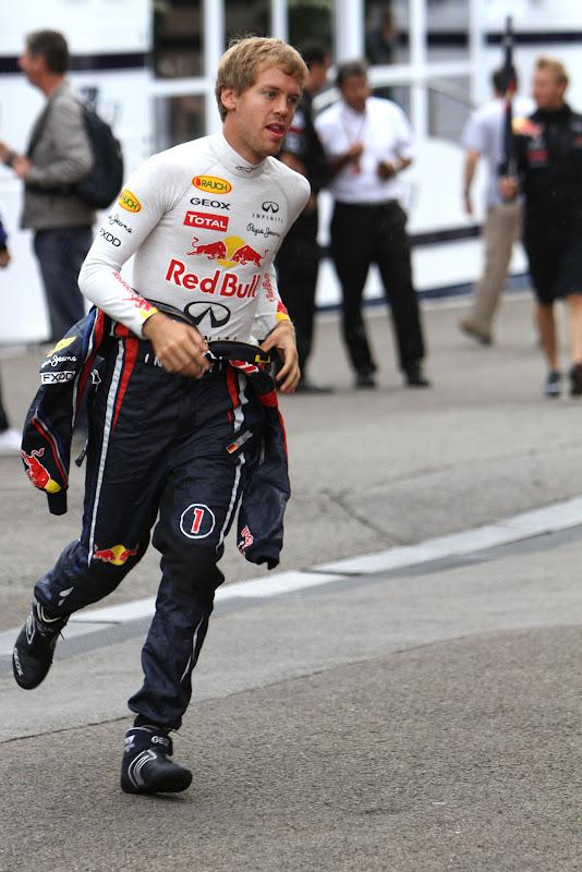 Себастьян Феттель бежит по паддоку Гран-при Бельгии 2011