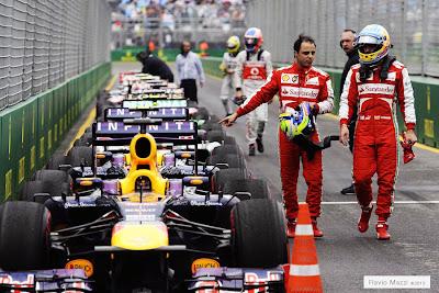 Фелипе Масса указывает на Red Bull пальцем после квалификации на Гран-при Австралии 2013