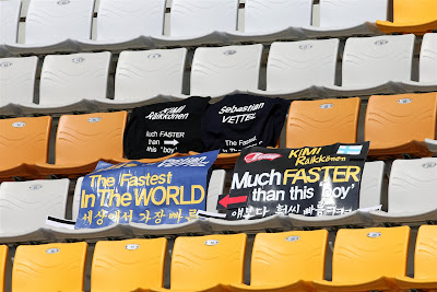 баннеры болельщиков Себастьяна Феттеля и Кими Райкконена на трибуне Гран-при Кореи 2013