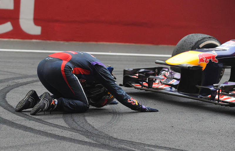 Себастьян Феттель поклоняется своему Red Bull после финиша Гран-при Индии 2013