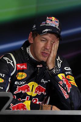 фэйспалмящий Себастьян Феттель на пресс-конференции в воскресенье на Гран-при Великобритании 2012