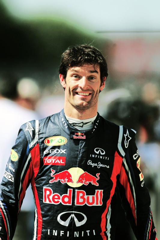 радостный Марк Уэббер шагает по паддоку Монреаля на Гран-при Канады 2011