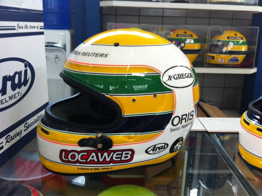 шлем Рубенса Баррикелло на Гран-при Бразилии 2011 напоминающий раскраску шлема Айртона Сенны
