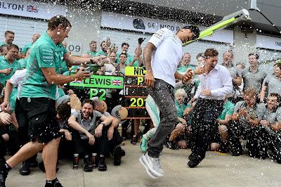 Льюис Хэмилтон в душе шампанского с механиками Mercedes после очередного дубля на Гран-при Австрии 2014