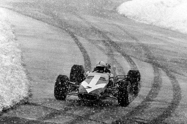 Джон Сертис на болиде Lola Формулы-2 Formula 2 пилотирует по снежному Нюрбургрингу