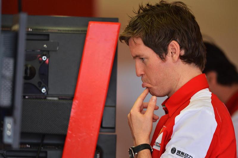 недоумевающий Роб Смедли глядит на мониторы на Гран-при Австралии 2013