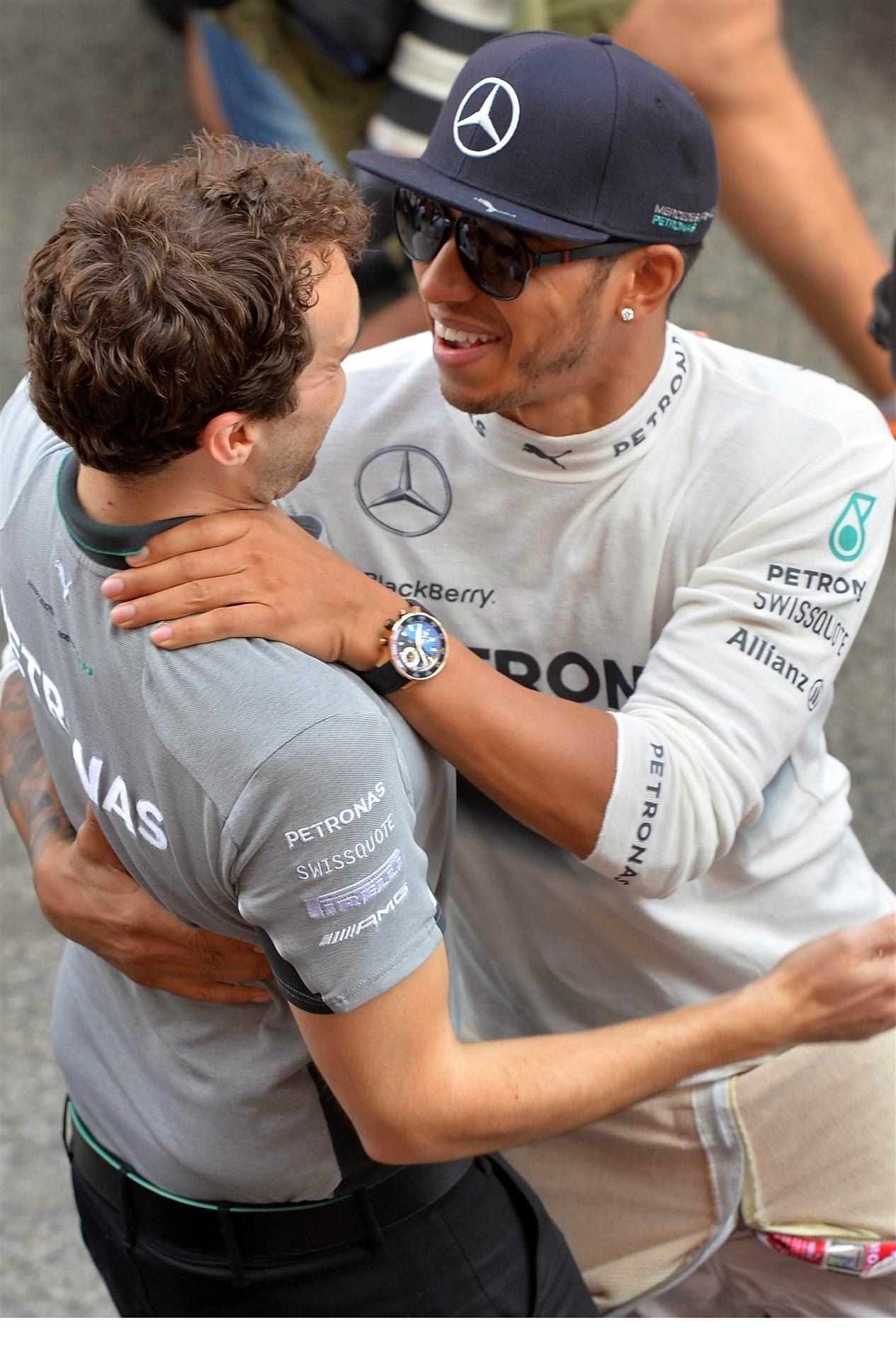 Льюис Хэмилтон танцует с механиком Mercedes после победы на Гран-при Испании 2014