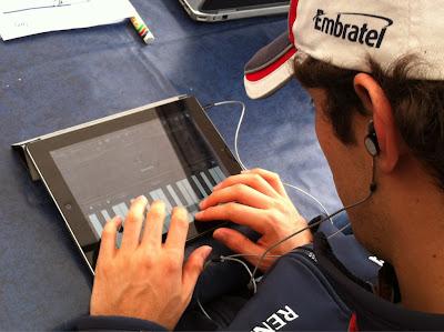 Бруно Сенна играет на пианино на iPad на тестах в Муджелло 2012