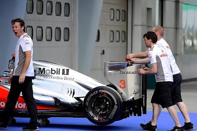 зевающий Сэм Майкл и механики McLaren ан Гран-при Малайзии 2012