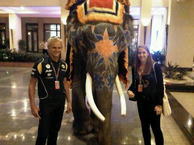 Хейкки Ковалайнен и Кэтрин Хайд со слоном в дни уикэнда на Гран-при Индии 2011