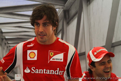 Фелипе Масса смеется за спиной Фернандо Алонсо в гараже Ferrari на Гран-при Бельгии 2011