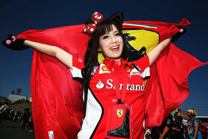болельщица Ferrari с бантиком и флагом на Гран-при Японии 2013