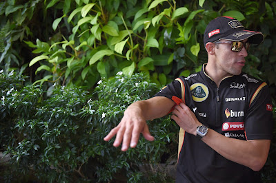 Пастор Мальдонадо размахивает руками на Гран-при Сингапура 2014
