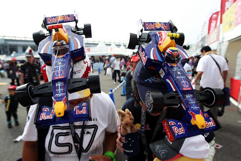 болельщицы Марка Уэббера и Себастьяна Феттеля с болидами Red Bull на кепках на Гран-при Японии 2012