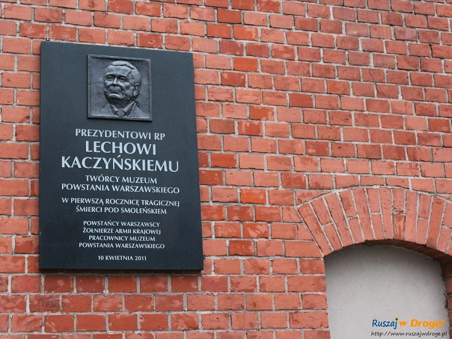 muzeum powstania warszawskiego - tablica twócy muzeum