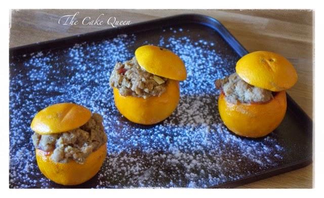 Cobbler de frutas en naranjas acabadas de salir del horno